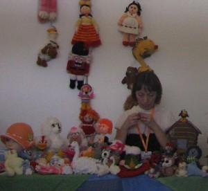 На выставке представлены всевозможные панно,вязаные мягкие игрушки,валяные изделия.