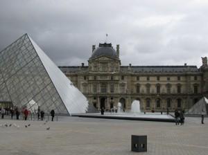 Окно в Париж.Знаменитый Лувр-визитная карточка Парижа.Лувр-притягивающий и загадочный.